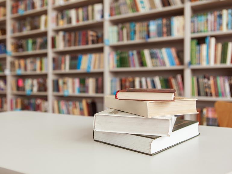 Libros sobre mesa en biblioteca