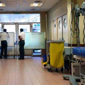vigilantes caminando por el pasillo de un hospital